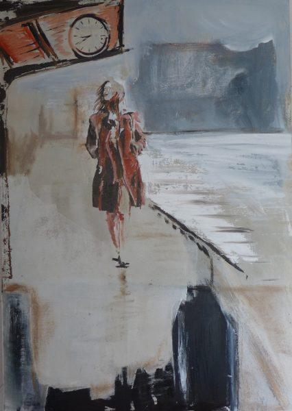 Frau am Bahnhof